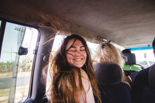 nuoren naisen hiukset hulmuavat