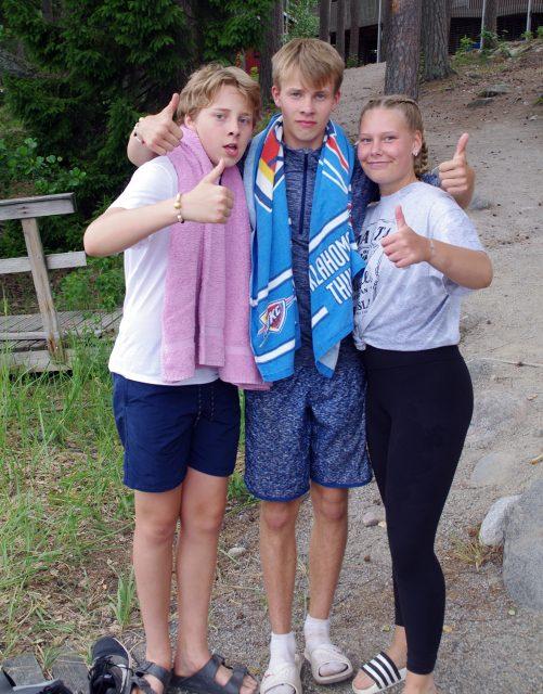 kolme nuorta kaulakkain