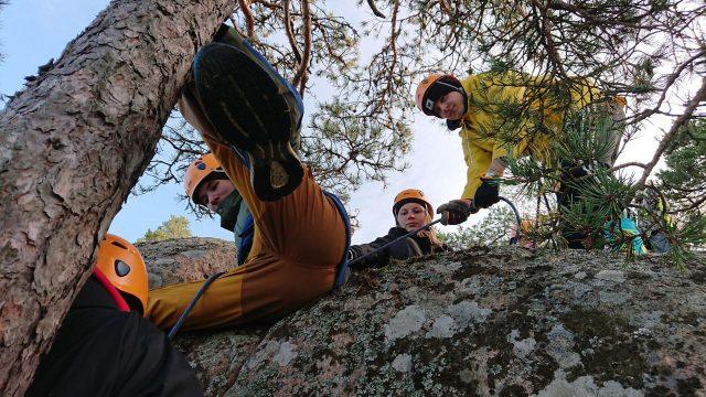 nuoret kiipeilemässä