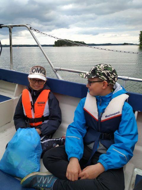 lapset istuvat veneessä