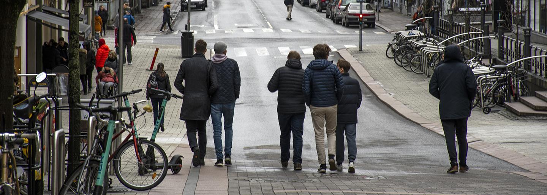 nuoria kadulla kävelemässä